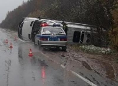 В Тотемском районе перевернулся микроавтобус
