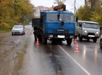 На улице Петина КамАЗ сбил женщину