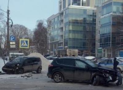 ДТП в Вологде: иномарку вынесло на тротуар