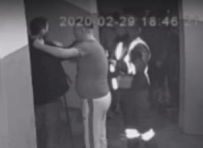 Человека пинали и поджигали при полицейском