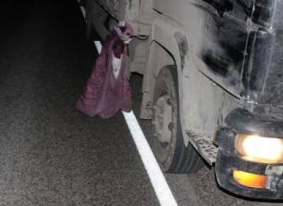 Пьяный мужчина попал под грузовик