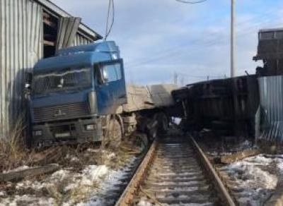 В Вологде МАЗ попал под поезд