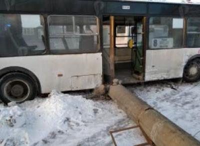 В Вологде автобус врезался в столб после столкновения с «Фордом»