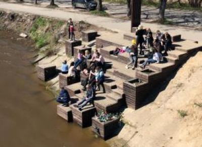 Снесенные скамейки «Красный пляж» на набережной восстановят в этом году