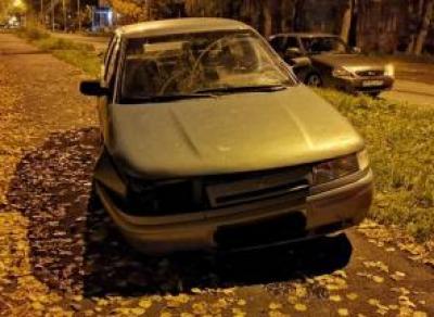 Водитель без прав врезался в бордюр и попал в больницу