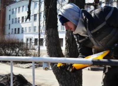 В областной столице ремонтируют и красят ограждения вдоль дорог и путепроводов