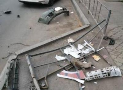 Пьяная вологжанка протаранила забор и машину