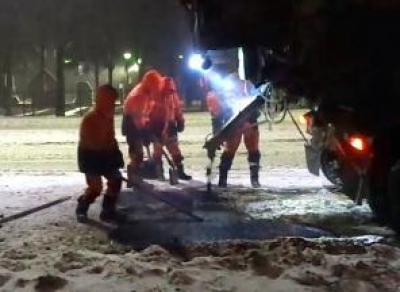 В Вологде снова укладывали асфальт на снег