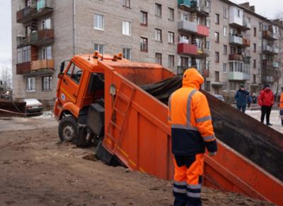 В Чагоде КамАЗ провалился под землю