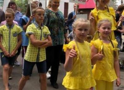 Сотни близнецов прошли по Кремлевскому саду в Вологде