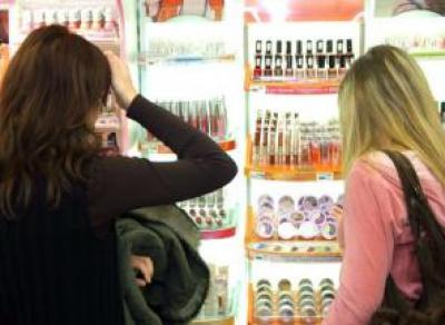 Три молодые череповчанки обокрали магазин косметики