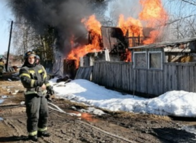 Пожарные не смогли проехать к горящей даче