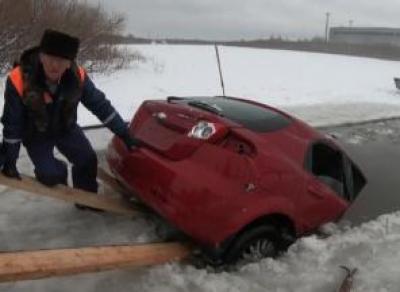 Угнанную машину нашли подо льдом