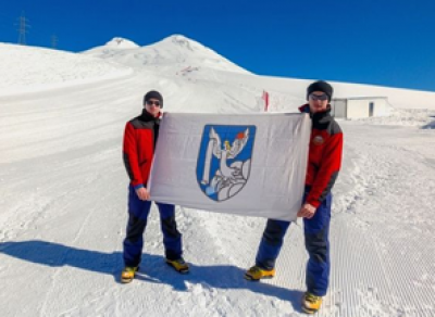 Вологодские спасатели покорили Эльбрус, установив там флаг ВоГУ