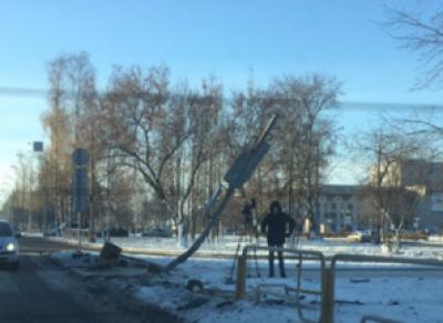 В Череповце водитель снёс светофор и скрылся с места ДТП