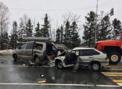 Три автомобиля столкнулись на трассе в Вологодской области