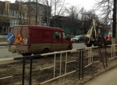 7 бригад коммунальщиков убирают обочины вдоль дорог Вологды