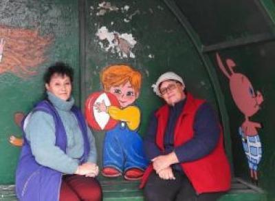 Жители мкр. Прилуки продолжают украшать автобусные остановки рисунками