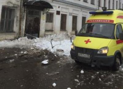 Глыба льда упала на ребенка в Вологде