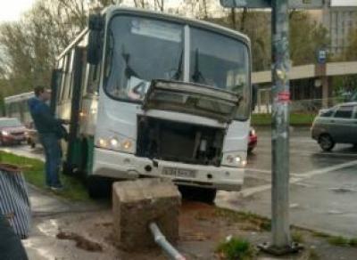 Череповецкий автобус с пассажирами снес дорожный знак