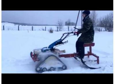 Мотоблок на гусеницах зимой в Вологде