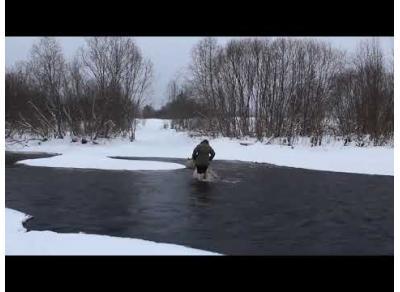 Бабушка в Вологодской области переходит зимой реку вброд