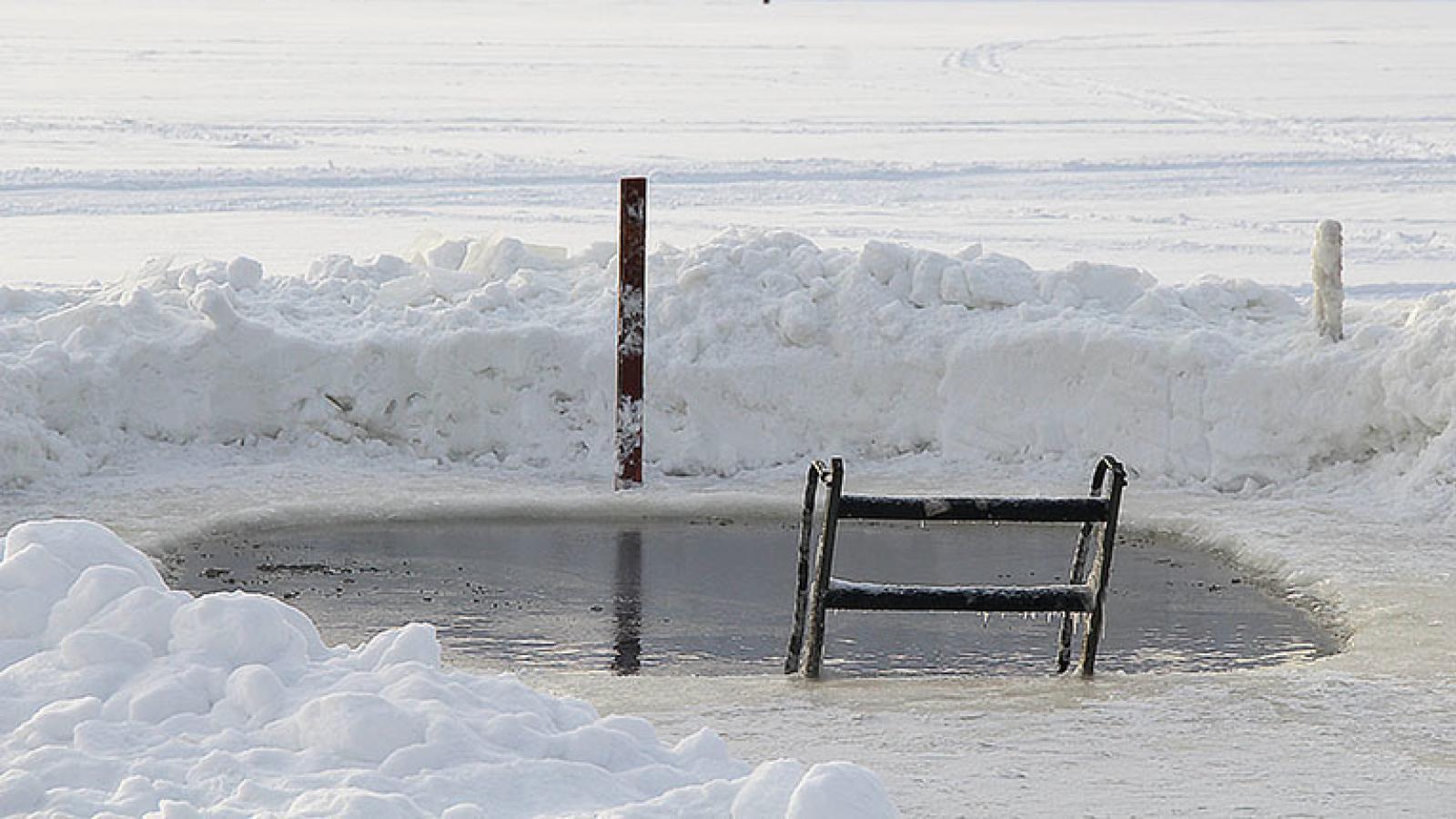 В Череповце открылось зимнее купание в проруби