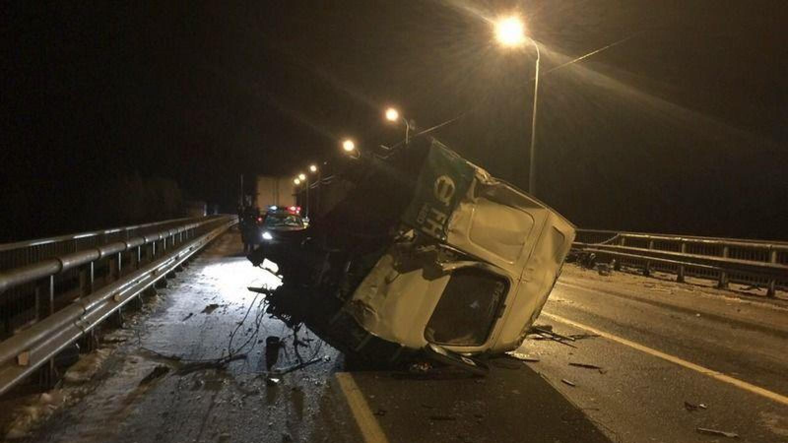 Грузовик разорвало пополам в аварии под Череповцом