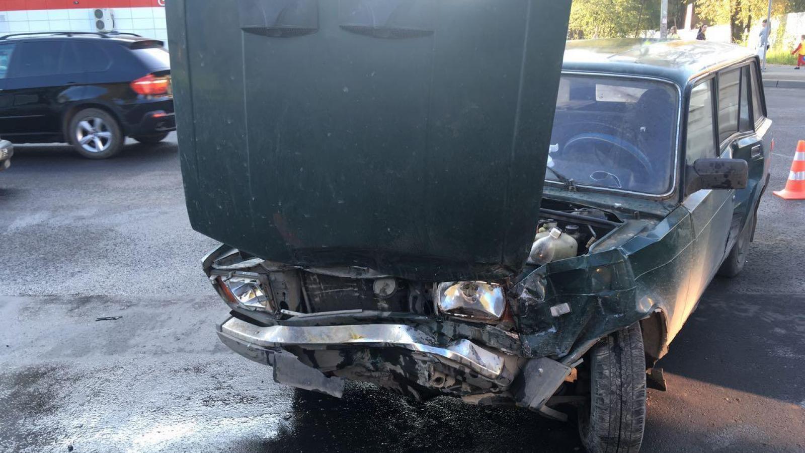 В Вологде на перекрестке столкнулись 2 автомобиля