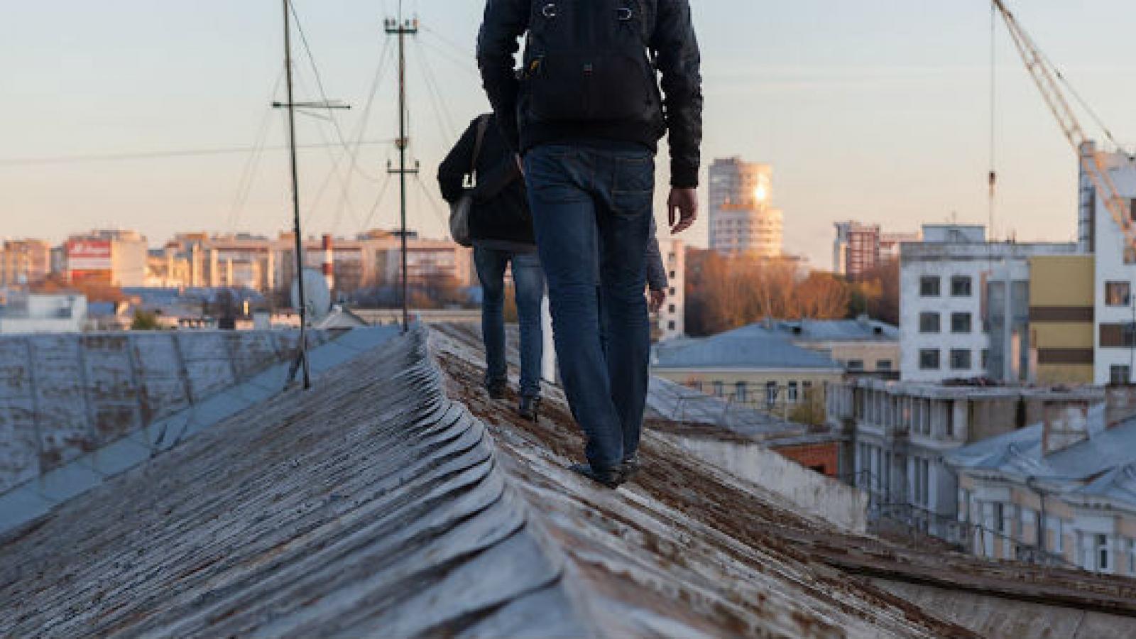 Подростки рисковали жизнью на крыше ДКЖ
