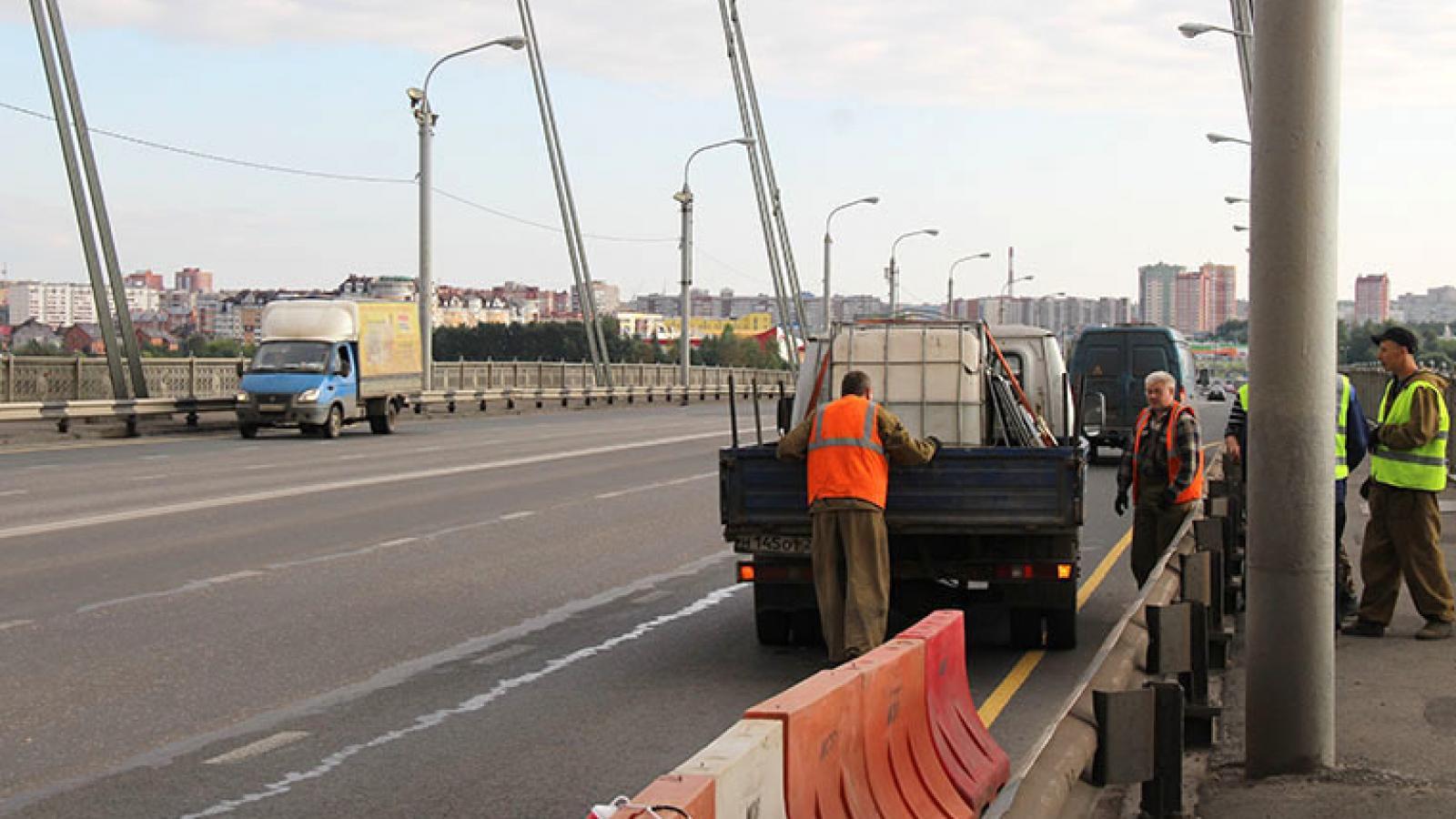 В Череповце завершают покраску Октябрьского моста