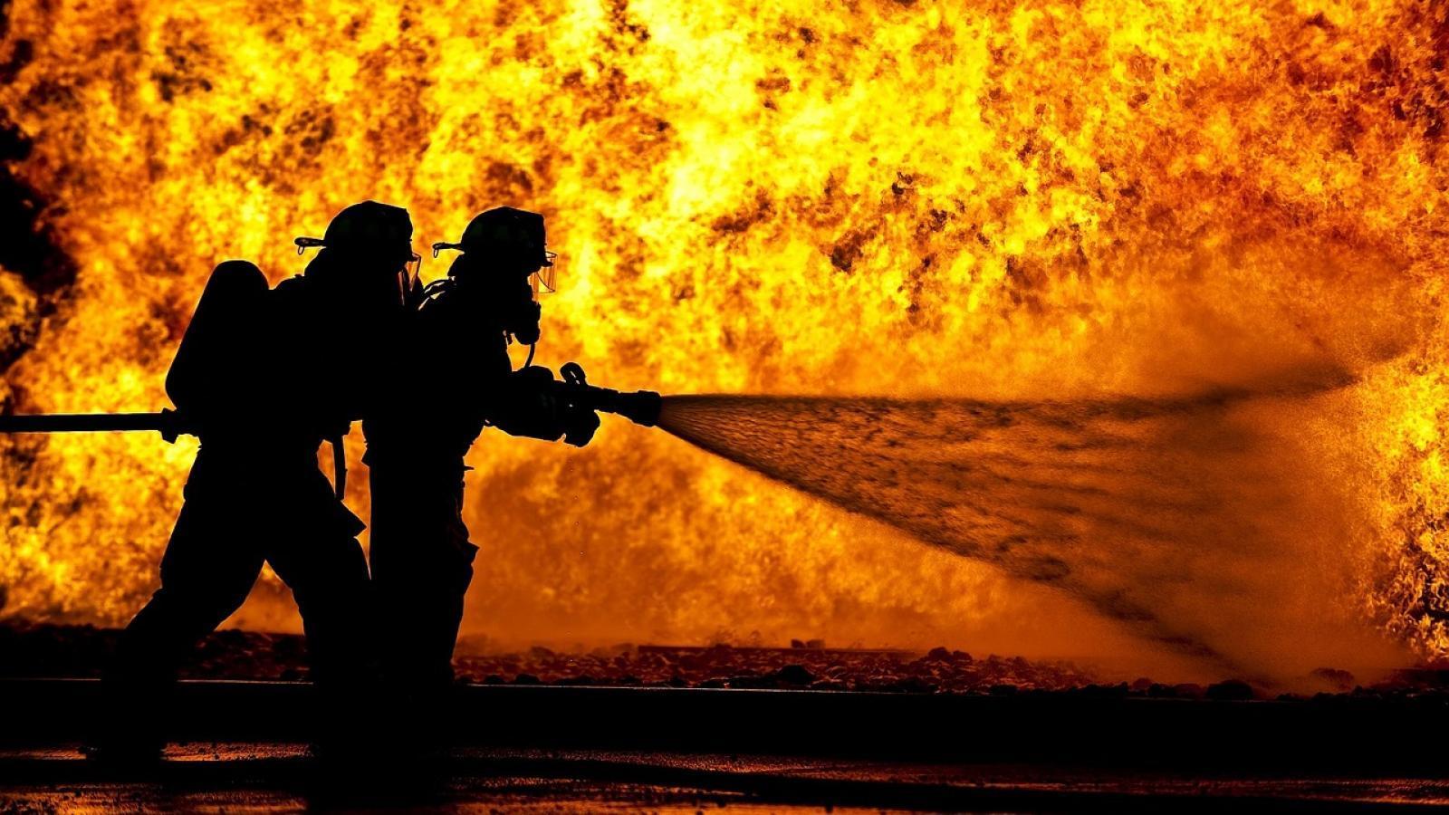 В Вологде пожарные тушили автомастерскую 3,5 часа