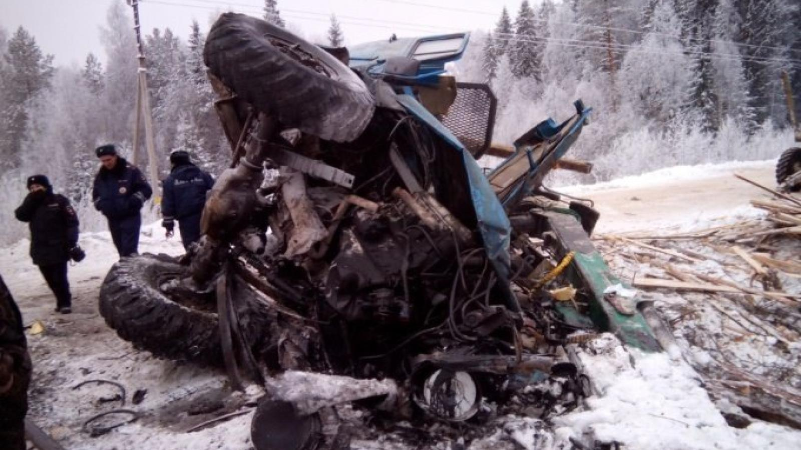 В Вологодской области лесовоз врезался в поезд