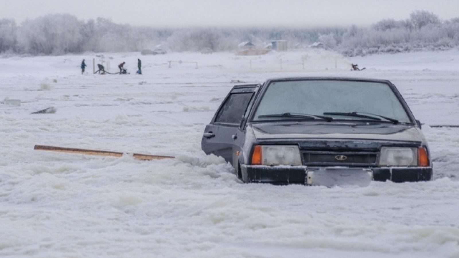 На переправе около Великого Устюга автомобиль с людьми провалился под лёд
