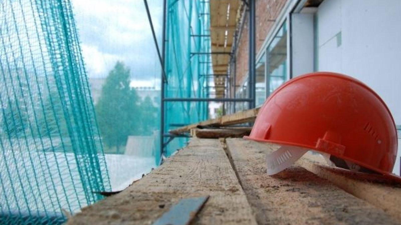 В Вологде на стройке мужчина упал с высоты и разбился насмерть