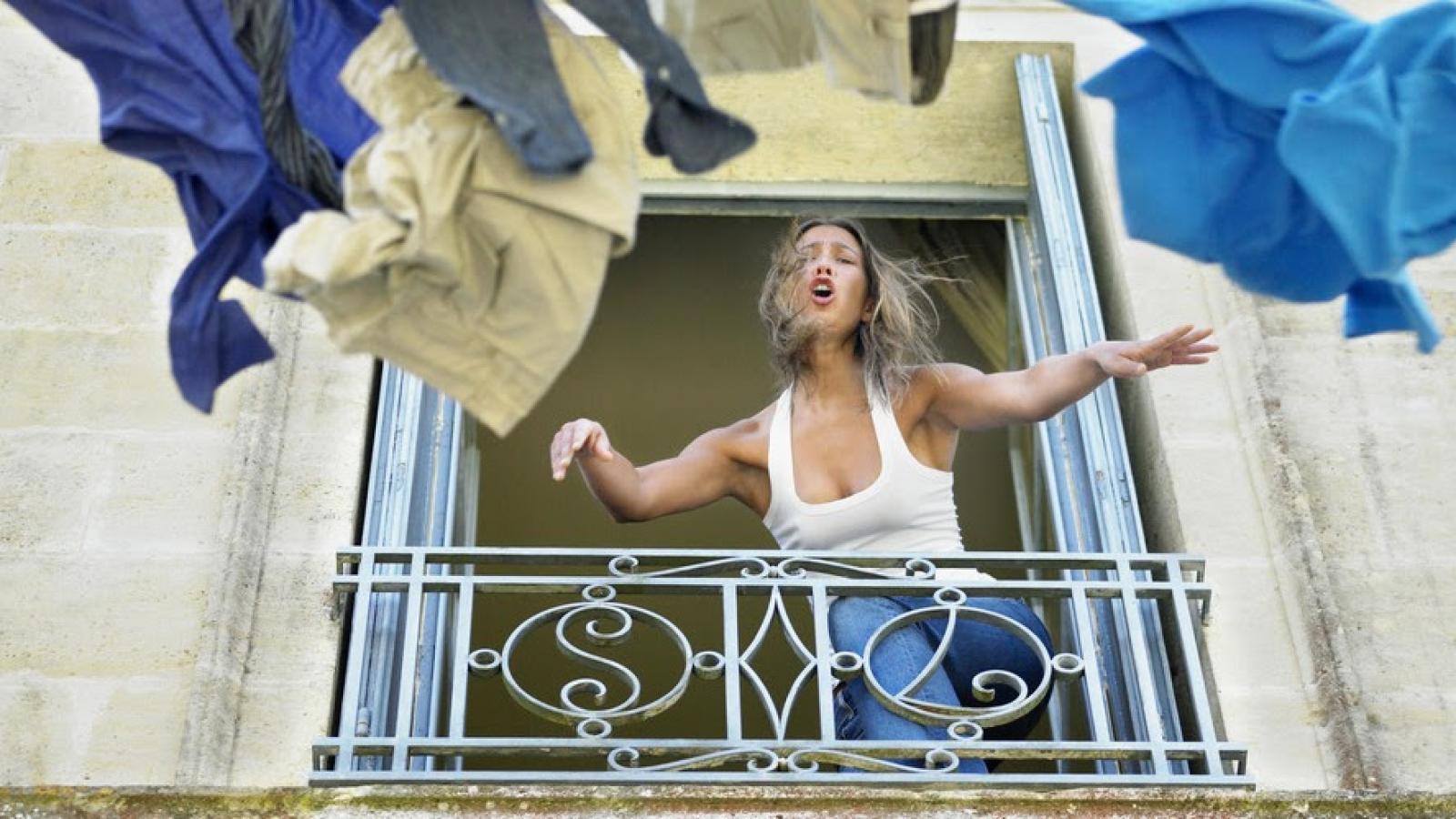 Вологжанка выкинула вещи мужа с балкона