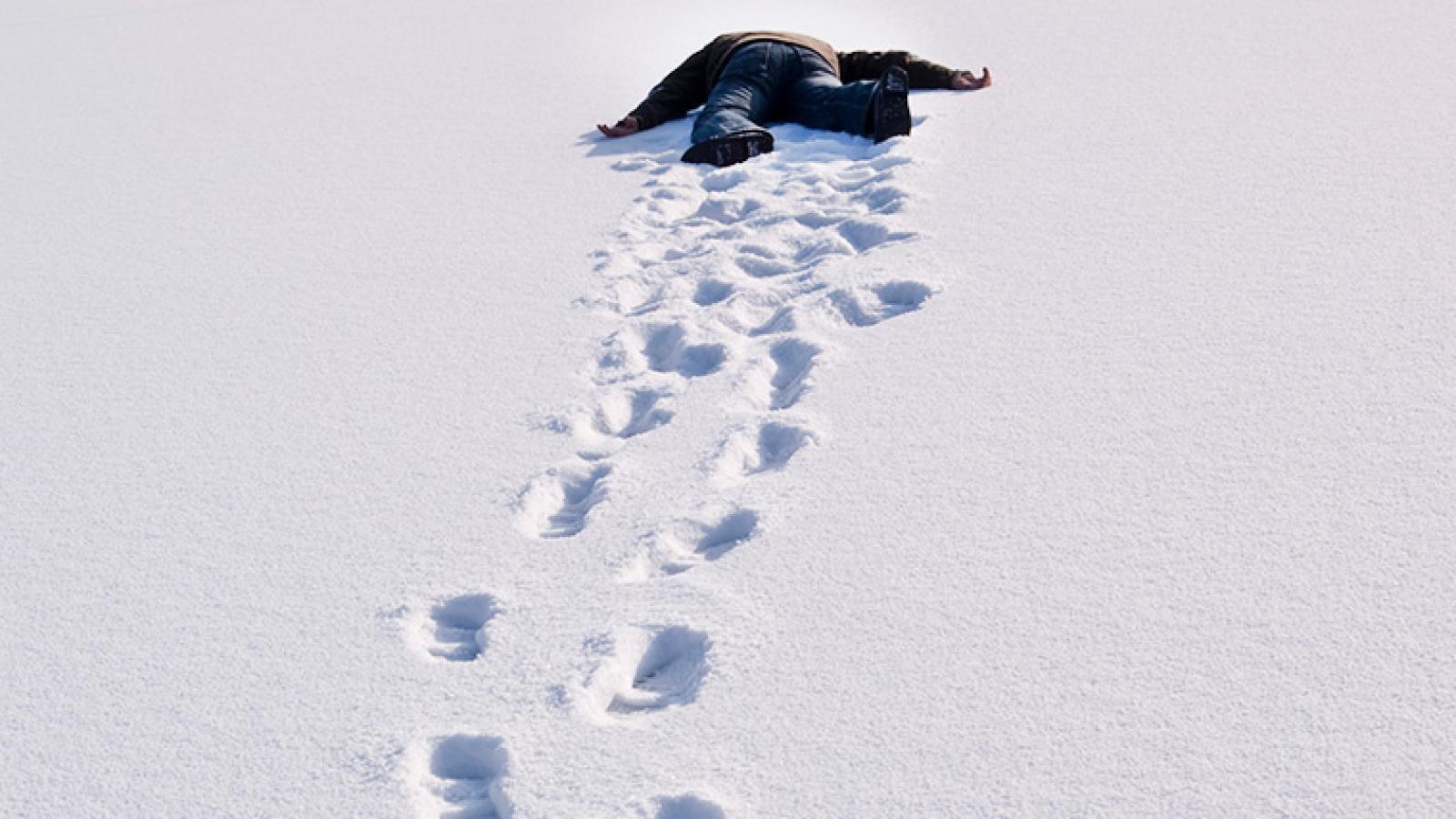 человек лежащий на снегу картинки корректирование