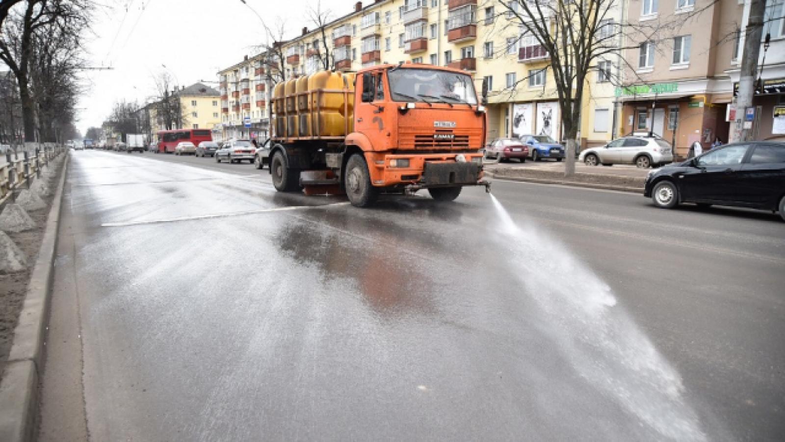 В Вологде идет ручная уборка магистралей