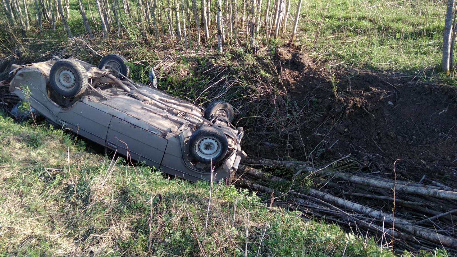 В Вологодской области пьяный пенсионер на машине улетел в кювет