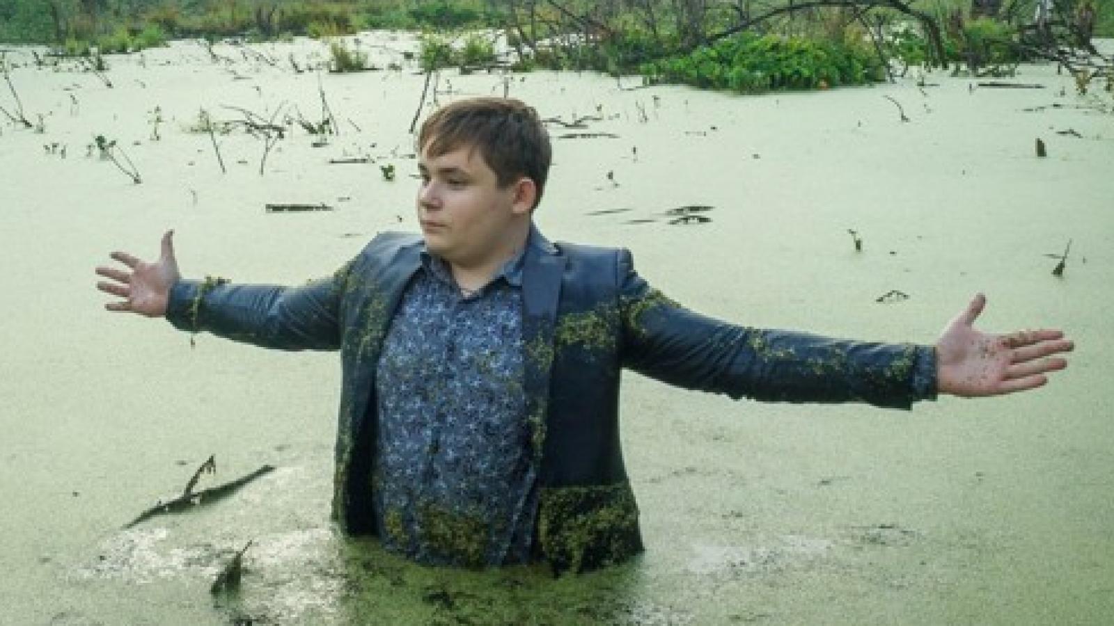 два брата сделали фотосессию в болоте хорошо