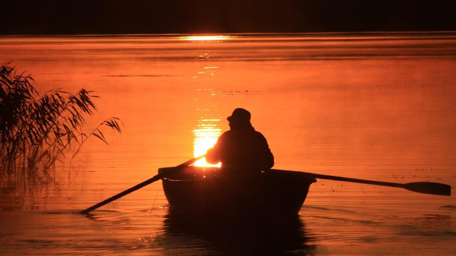 Пьяный мужчина уплыл на лодке и пропал