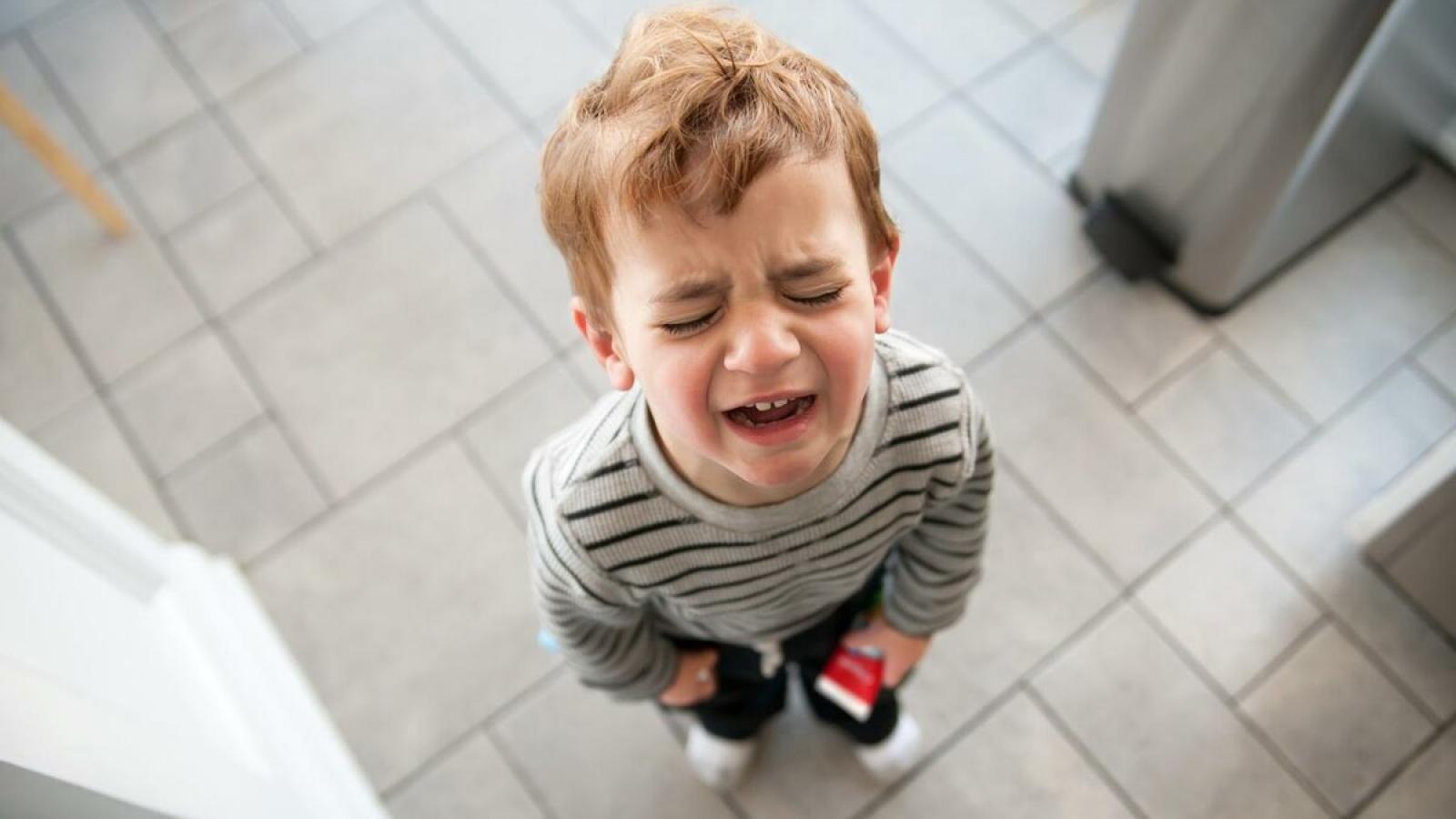 Ребенок клянчит игрушки в магазине