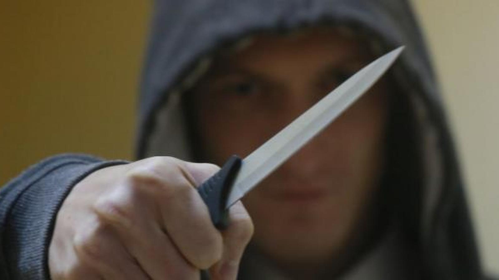 Предлагал выпить, угрожая ножом
