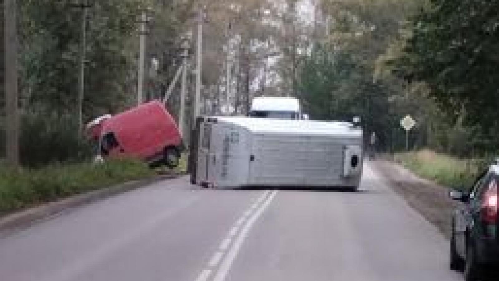 Микроавтобус перегородил Пошехонское шоссе в результате аварии