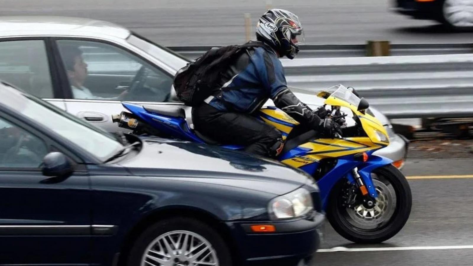 Мотоциклистам запретят езду между рядами?