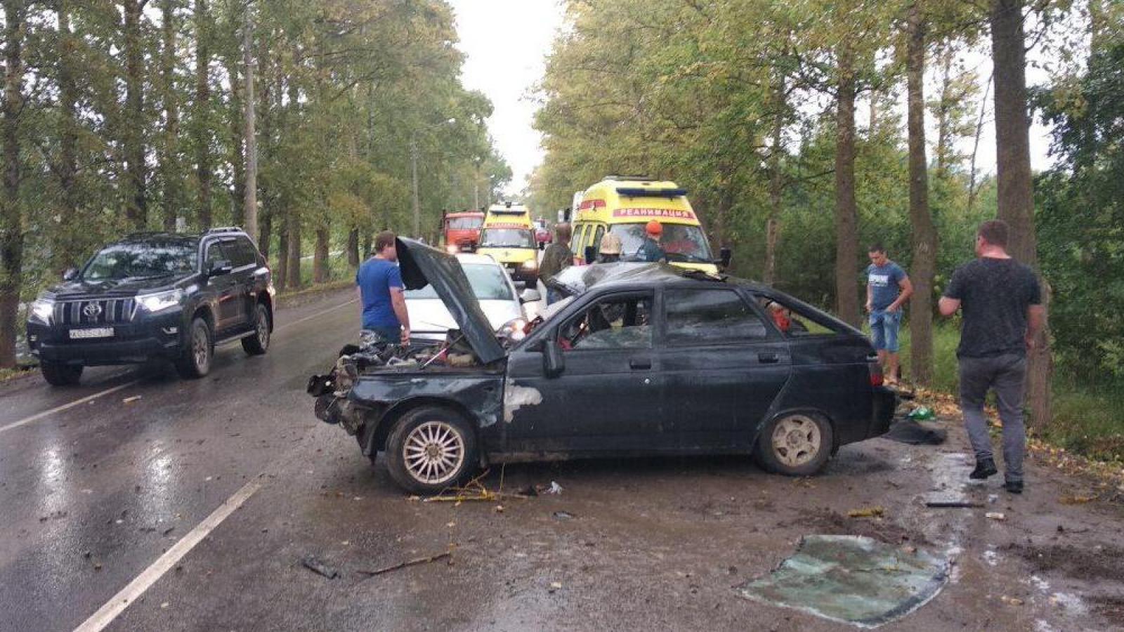 Во время ДТП машина врезалась в дерево, а крышка багажника отлетела в другой автомобиль