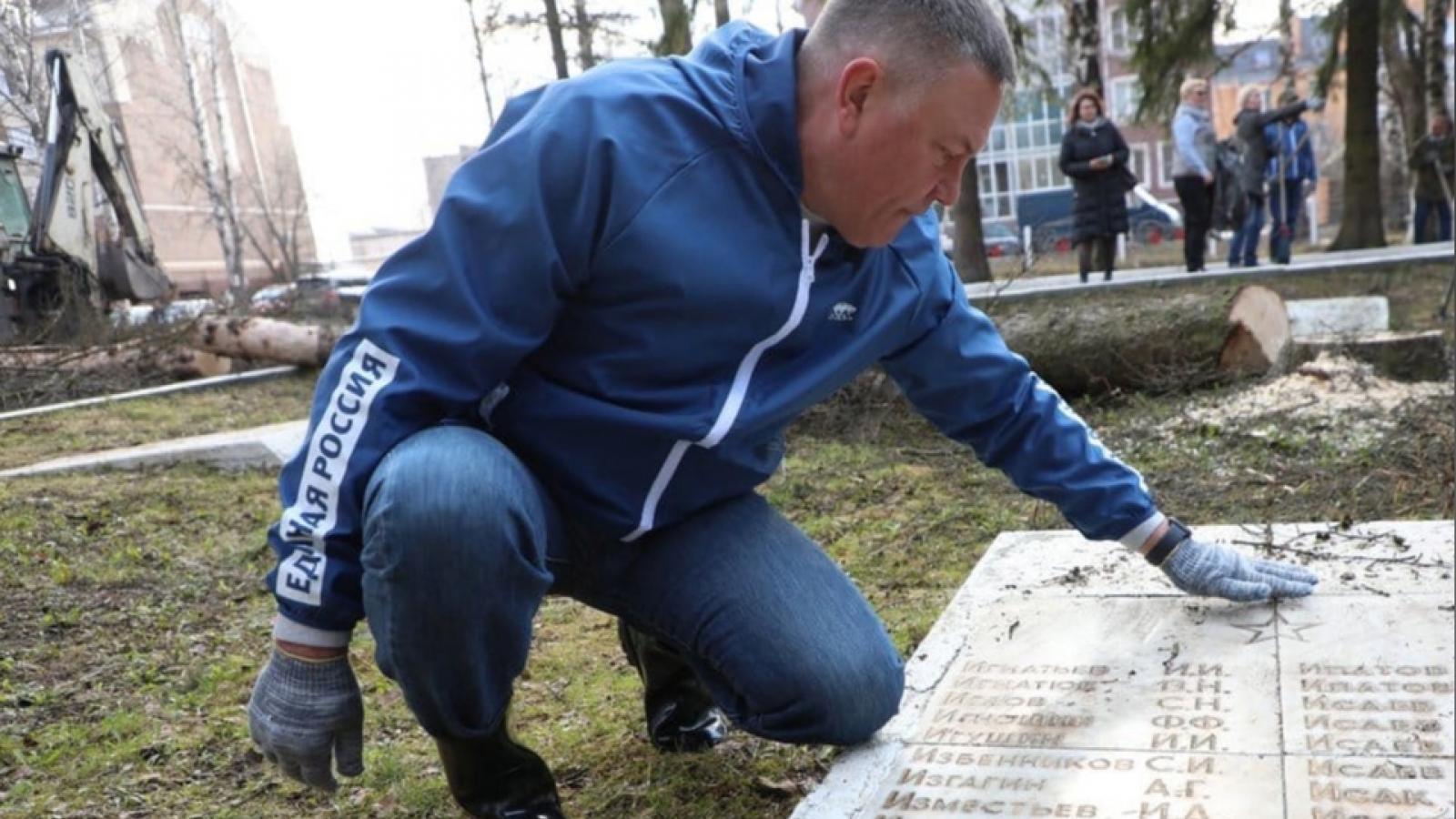 Губернатор прибрался на кладбище