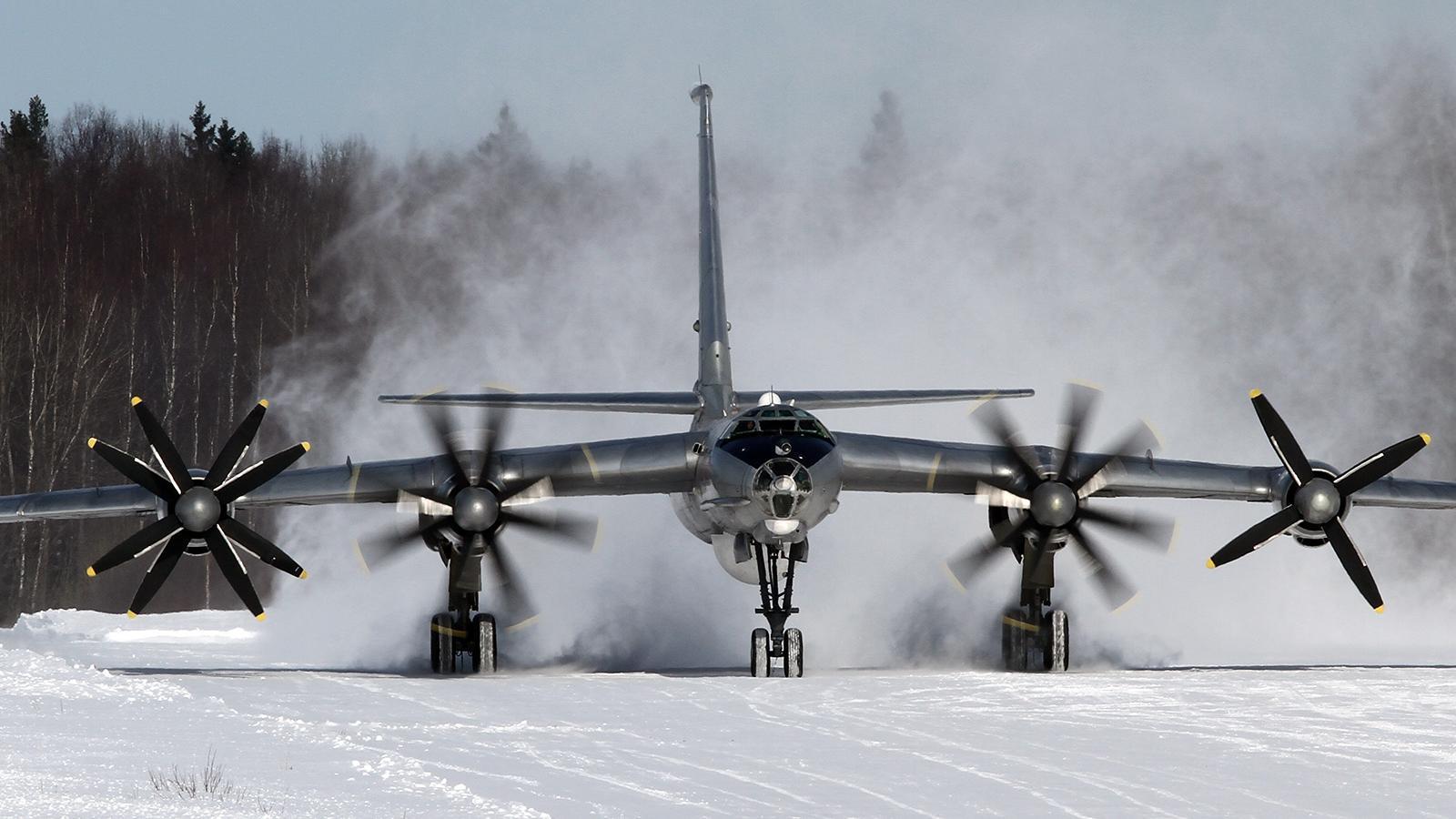 Военный самолёт экстренно сел под Вологдой