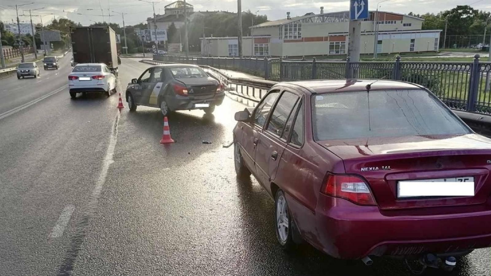 При столкновении машин пострадал пешеход