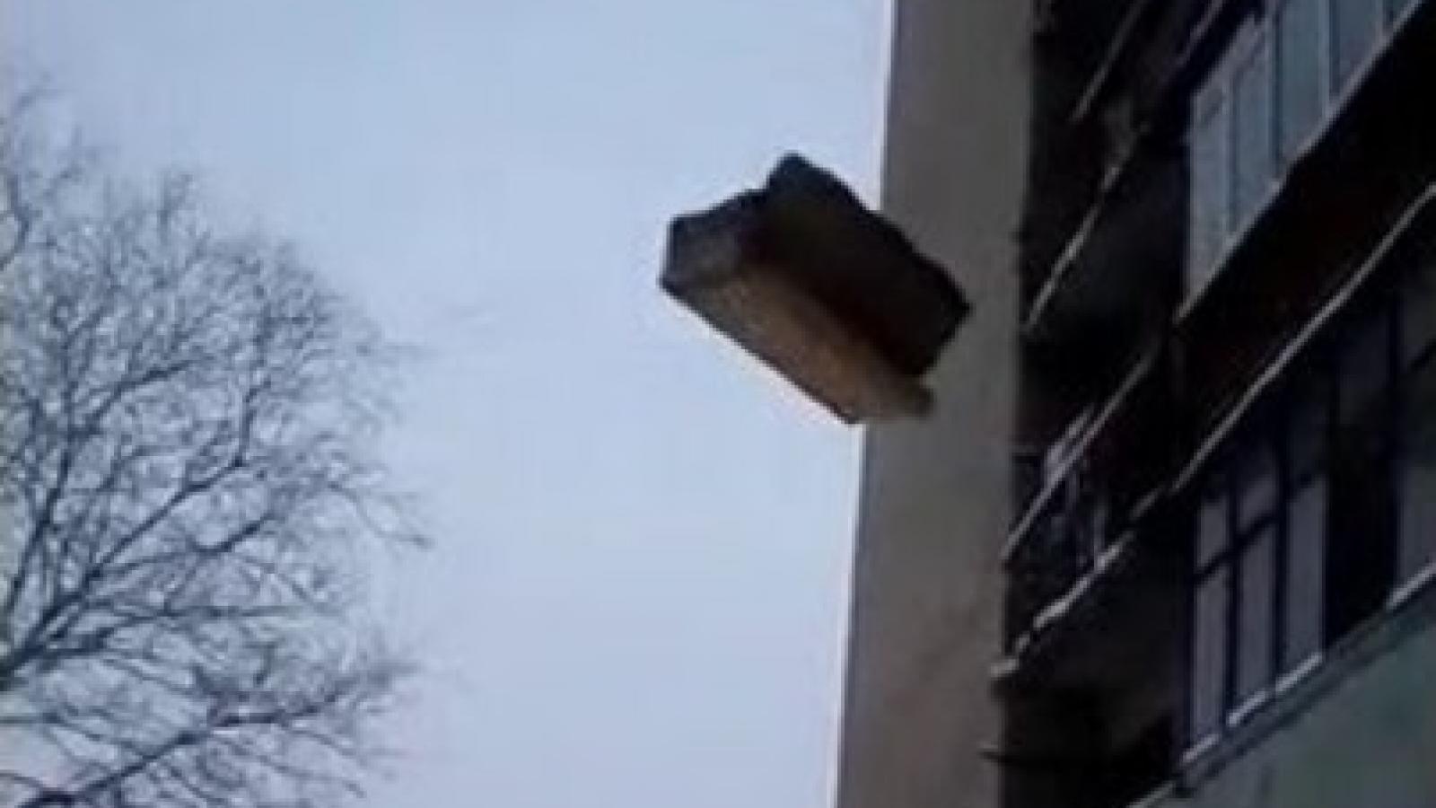 Череповчанина оштрафовали за выброшенный из окна диван